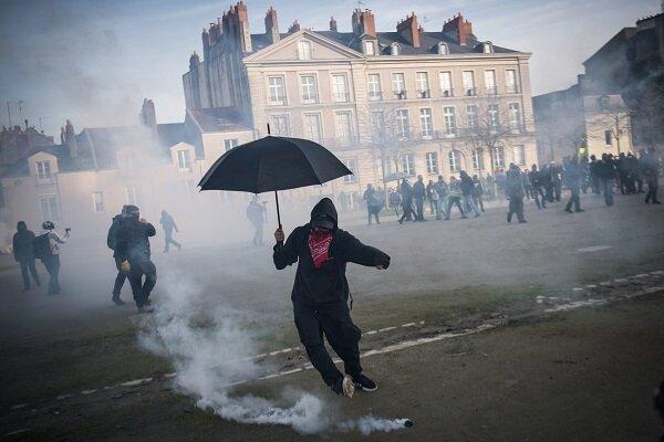 توسل پلیس فرانسه به گاز اشک آور برای برچیدن اردوگاه مهاجرین
