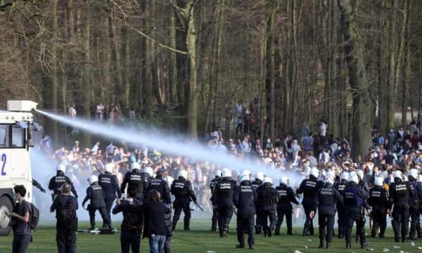 خبرنگاران پلیس بلژیک با تجمع کنندگان در بروکسل درگیر شد